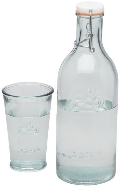 Vattenkaraff plus glas.